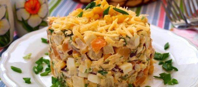 Приготовить салат с копченым сыром