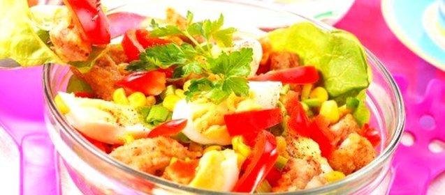 Салат с грудкой и помидорами и сухариками