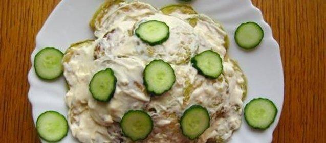 Хозяйки часто используют майонез для улучшения вкуса салатов, горячих блюд.