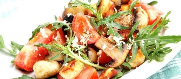 Салат с болгарским перцем грибами и курицей маслинами фото
