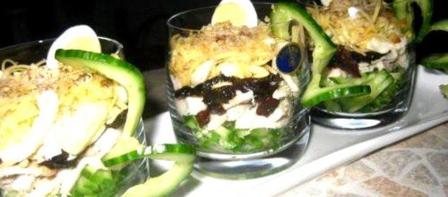 Салат с черносливом курицей и огурцом фото